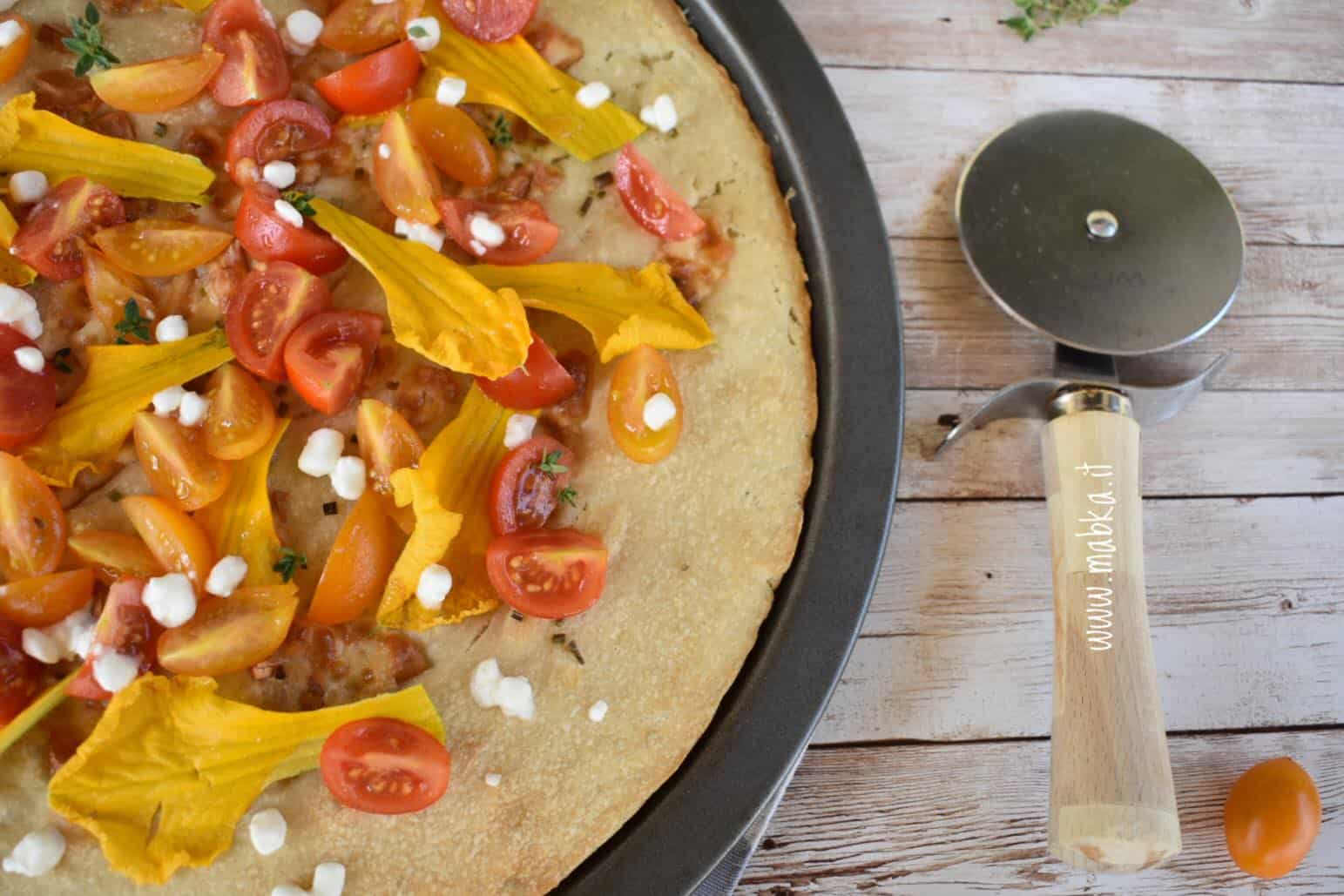 pizza con fiori di zucca e pomodori