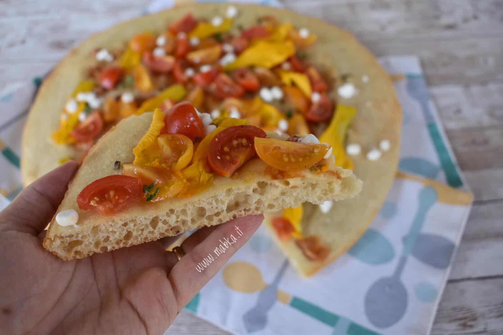 pizza senza lattosio con fiori di zucca