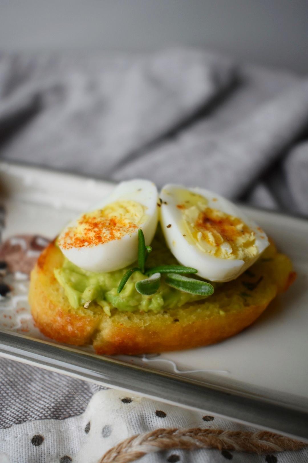 crostini con avocado e uova di quaglia