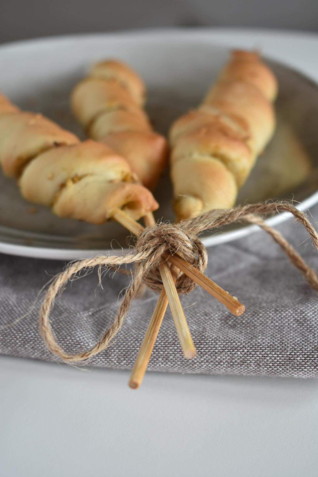 torciglioni di pizza con crema di olive e nocciole