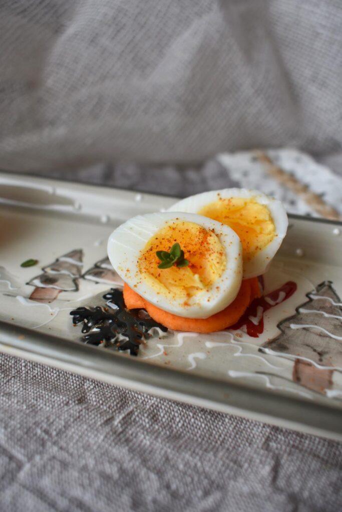 Uova di quaglia su nido di carote
