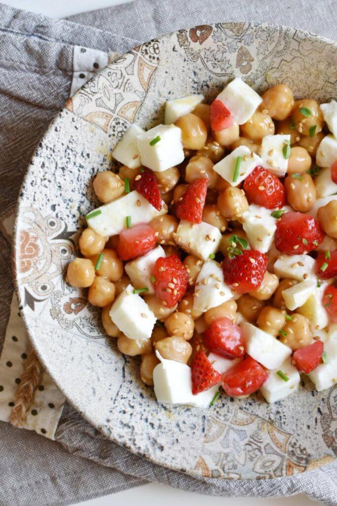 insalatona ceci, mozzarella e fragole