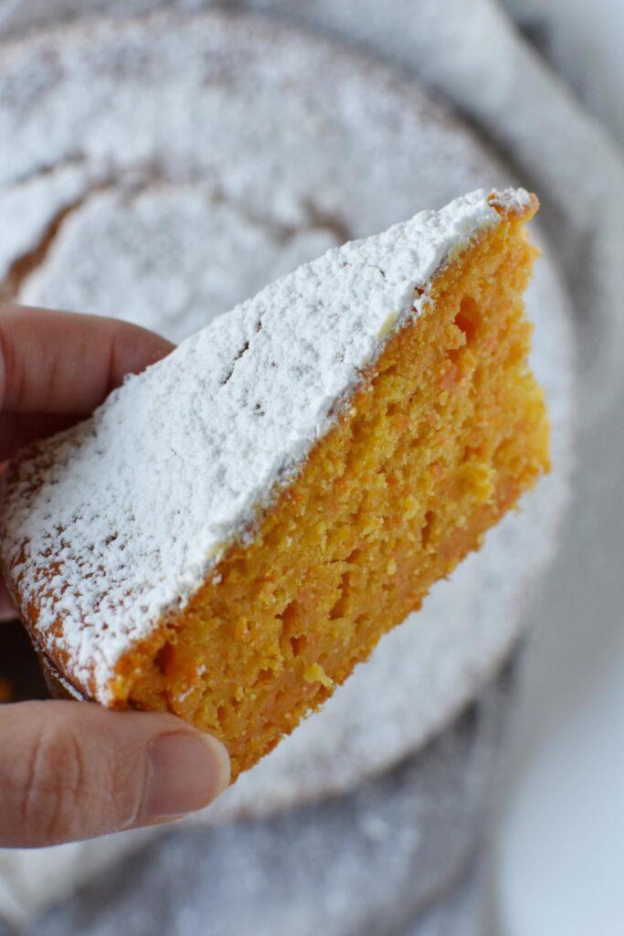 fetta di torta di mandorle e carote